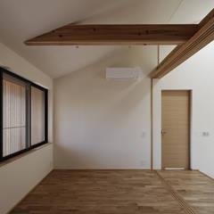 京都市T邸: 空間工房 用舎行蔵 一級建築士事務所が手掛けた寝室です。