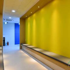 Gimnasios en casa de estilo moderno por 노마드디자인 / Nomad design