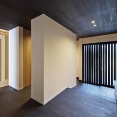 Projekty,  Korytarz, przedpokój zaprojektowane przez 空間工房 用舎行蔵 一級建築士事務所