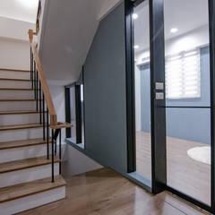 簡潔清雅:  樓梯 by 拓雅室內裝修有限公司
