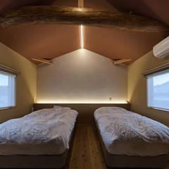 姫路市K邸: 空間工房 用舎行蔵 一級建築士事務所が手掛けた寝室です。