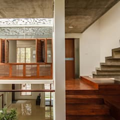 The Floating Cube House:  Corridor & hallway by COLLAGE-architecture studio