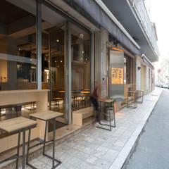 ingresso: Bar & Club in stile  di Maranco Architetti
