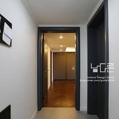Modern Corridor, Hallway and Staircase by 남다른디자인 Modern