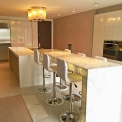 Apto Santa Bárbara Alta: Cocinas de estilo  por Spatia Construcción