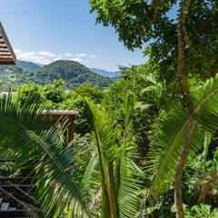 Casa Félix: Chalés e casas de madeira  por NOMA ESTUDIO