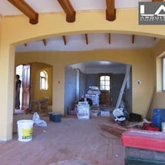 Salas de estilo colonial por Lau Arquitectos