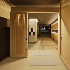 S館 アプローチ改修: 空間工房 用舎行蔵 一級建築士事務所が手掛けた廊下 & 玄関です。