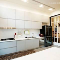 摩登時尚:  客廳 by 大漢創研室內裝修設計有限公司