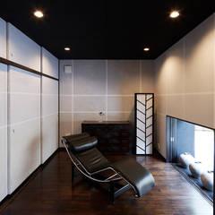 Estudios y oficinas de estilo asiático por 空間工房 用舎行蔵 一級建築士事務所