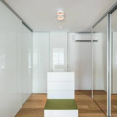 begehbarer Kleiderschrank:  Ankleidezimmer von Mannsperger Möbel + Raumdesign