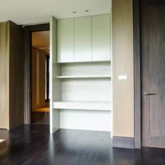 JC House : Ruang Keluarga oleh ARF interior,