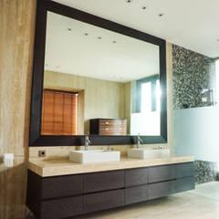 JC House : Kamar Mandi oleh ARF interior,