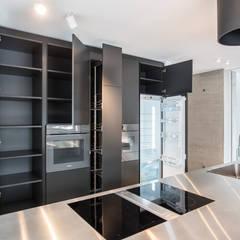 Küche - geöffnet:  Einbauküche von Mannsperger Möbel + Raumdesign