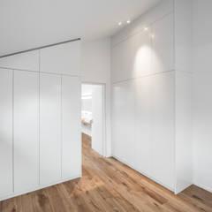 Wohnhaus, Leonberg:  Ankleidezimmer von Mannsperger Möbel + Raumdesign,Modern