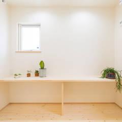 コンパクトで回遊性のある家: KAWAZOE-ARCHITECTSが手掛けたウォークインクローゼットです。