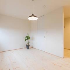 コンパクトで回遊性のある家: KAWAZOE-ARCHITECTSが手掛けた寝室です。