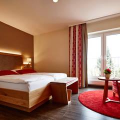Hotelzimmereinrichtung im modernen Stil:  Hotels von BAUR WohnFaszination GmbH