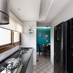 """Cozinha Moderna com """"ar Retrô"""": Armários e bancadas de cozinha  por Rabisco Arquitetura"""