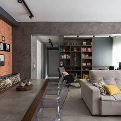 Concreto e Tijolinhos: Salas de estar  por Rabisco Arquitetura