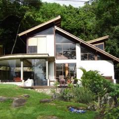 Residência Costa da Lagoa - Florianópolis / SC: Chalés e casas de madeira  por Raiz Arquitetônica