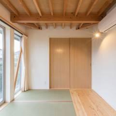 畳の寝室: アース・アーキテクツ一級建築士事務所が手掛けた寝室です。