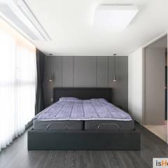 시선을 사로잡는 38평 청라아파트의 품격: 이즈홈의  침실,