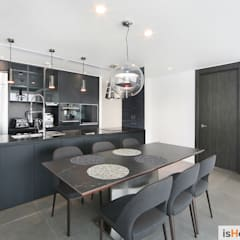 minimalistic Dining room by 이즈홈