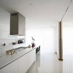 Moradia em Baião: Cozinhas  por SOUSA LOPES, arquitectos
