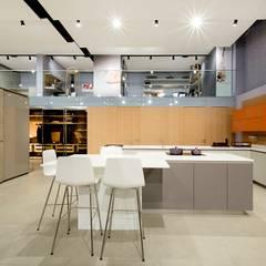 SHOWROOM ORNARE BELO HORIZONTE: Cozinhas embutidas  por Studio Cicconi