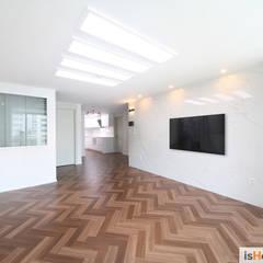 화이트 우드 인테리어의 새로운 시선 32평 부천아파트: 이즈홈의  거실,북유럽