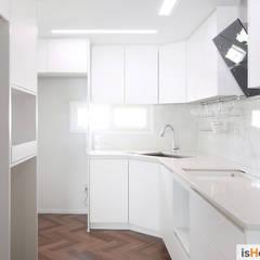 화이트 우드 인테리어의 새로운 시선 32평 부천아파트: 이즈홈의  주방,미니멀
