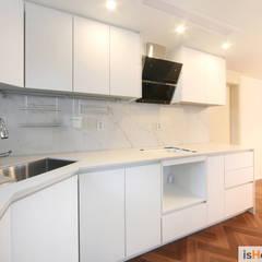 화이트 우드 인테리어의 새로운 시선 32평 부천아파트: 이즈홈의  주방
