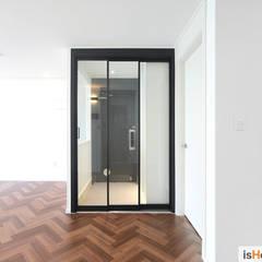 화이트 우드 인테리어의 새로운 시선 32평 부천아파트: 이즈홈의  복도 & 현관
