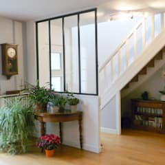 Restructuration d'une entrée: Couloir et hall d'entrée de style  par GRAM Architecture
