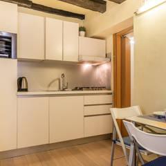 Relooking per locazione turistica IN GIALLO E BLU - Venezia: Cucinino in stile  di MICHELA AMADIO - Valorizza e Vendi