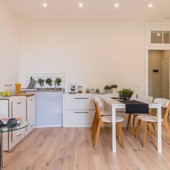 Home Staging con noleggio su immobile ristrutturato ad hoc per investimento: Cucinino in stile  di MICHELA AMADIO - Valorizza e Vendi