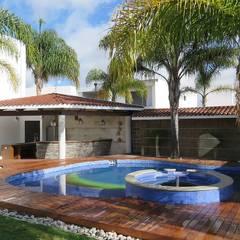 Casa El Secreto: Albercas de jardín de estilo  por OM arquitectura