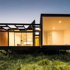 Fachada Oriente (nocturna): Casas de estilo  por mutarestudio Arquitectura