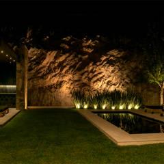 Casa Cumbres, Arquitectura de Materialista: Albercas de jardín de estilo  por Villalobos Image Maker