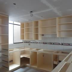 FABRICACIÓN REPOSTERO: Muebles de cocinas de estilo  por MARSHEL DUART SRL,