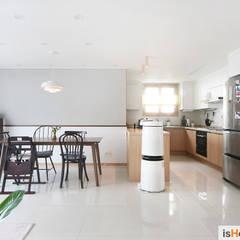33평 새아파트 인테리어와 홈스타일링로 준 변화: 이즈홈의  다이닝 룸