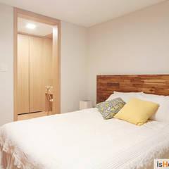 33평 새아파트 인테리어와 홈스타일링로 준 변화: 이즈홈의  침실