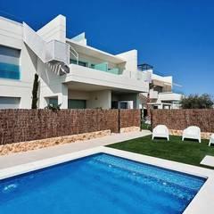 Apartamentos en La Dehesa: Piscinas de jardín de estilo  de 2J Arquitectura