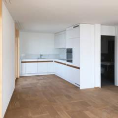 offene Wohnküche:  Küchenzeile von Juho Nyberg Architektur GmbH