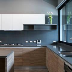 Cocina: Muebles de cocinas de estilo  por VOA Arquitectos