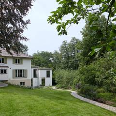 Ostseite  mit Garten (c)Tom Bisig, Basel :  Villa von Forsberg Architekten AG
