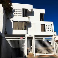 Hermosa Residencia en jardines del sur - Antofagasta: Paredes de estilo  por  Arquitectos Roman&Toledo