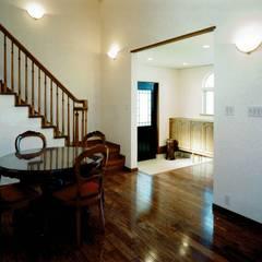 欧州のアンティーク家具・建材を揃えた別荘:週末邸宅: 中浦建築事務所が手掛けた廊下 & 玄関です。