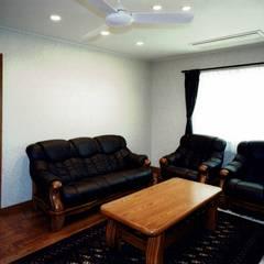 欧州のアンティーク家具・建材を揃えた別荘:週末邸宅: 中浦建築事務所が手掛けたダイニングです。